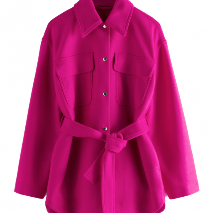 "Surchemis en laine, <a href=""https://www.stories.com/en_eur/clothing/jackets-coats/jackets/product.wool-blend-belted-overshirt-jacket-purple.0798491001.html"" target=""_blank"">&amp; Other Stories</a>, 179 &euro;.&nbsp;"
