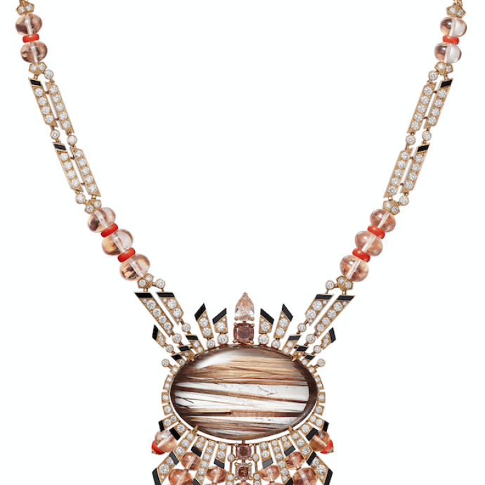 Collier Aphelie en or rose, quartz rutile de 68,85 carats taille cabochon, un diamant rose-brun Fancy poire de 0,74 carat, un diamant rose-orange brun Fancy Deep de 1,01 carat, un diamant rose-brun Fancy coussin de 0,53 carat, un diamant rose-orange Fancy Deep coussin de 0,50 carat, boules morganite, corail, onyx, diamants taille brillant.