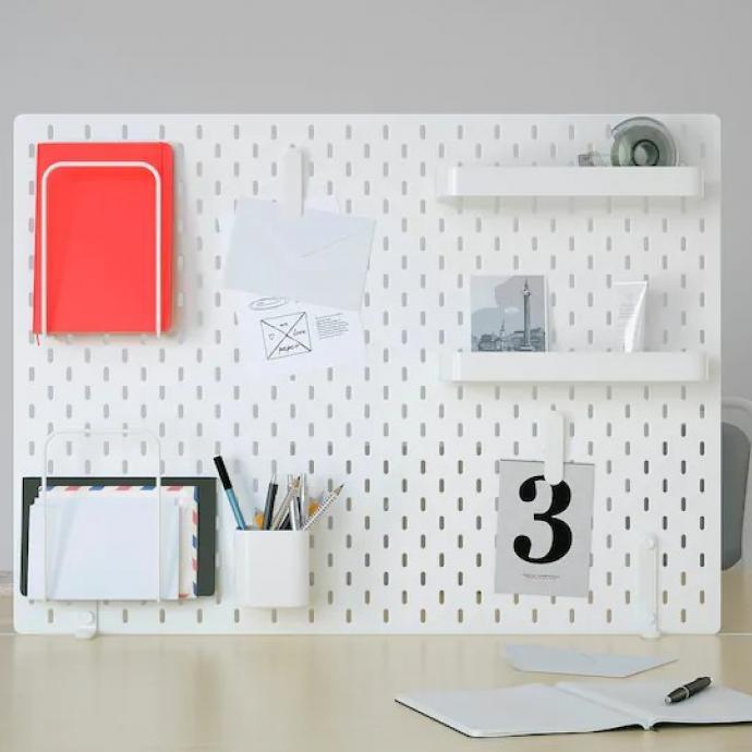 "<em>Panneau perfor&eacute;, Ikea, 39,96&nbsp;&euro;. Disponible<a href=""https://www.ikea.com/be/fr/p/skadis-panneau-perfore-combinaison-blanc-s29217377/"" target=""_blank""> ici.</a></em>"
