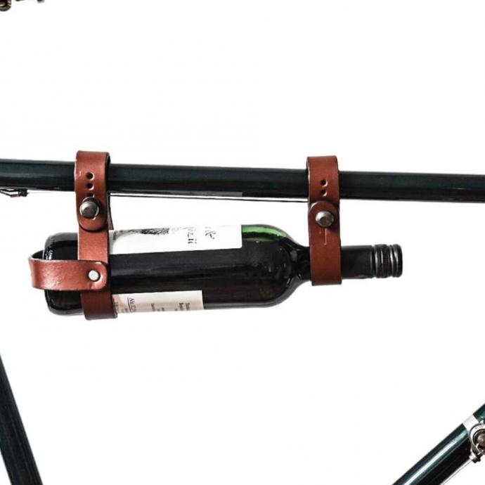 """Porte-bouteille pour cadre de vélo en cuir marron, Chris F., 14,95 €, en vente <a href=""""https://www.gusti-cuir.fr/porte-bouteille-cadre-velo-bicyclette-vintage-unisexe-cuir-marron-2g29-20-15"""" target=""""_blank"""">ici</a>."""