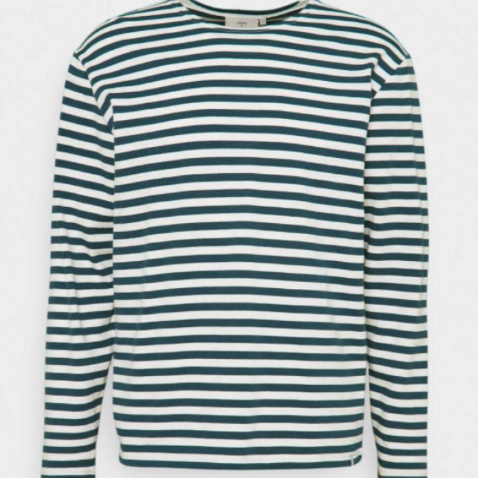 """T-shirt à manches longues, Minimum, soldé à 44,95 € au lieu de 49,95 €. <a href=""""https://fr.zalando.be/minimum-orville-t-shirt-a-manches-longues-majolica-blue-mi422o04d-k11.html"""" target=""""_blank"""">Àshopper ici.</a>"""