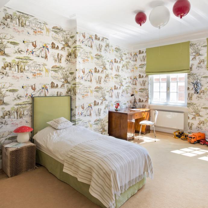 Invitation au voyage dans une des chambres d'enfant. Coup de cœur pour le papier peint Savane Pierre Frey ainsi que le plafonnier aussi génial qu'insolite de Boris Klimek en forme de ballon.