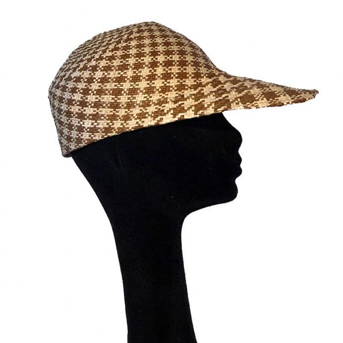 <strong>A Bali</strong> avec un chapeau de paille sign&eacute; Elvis Pompilio, prix sur demande.