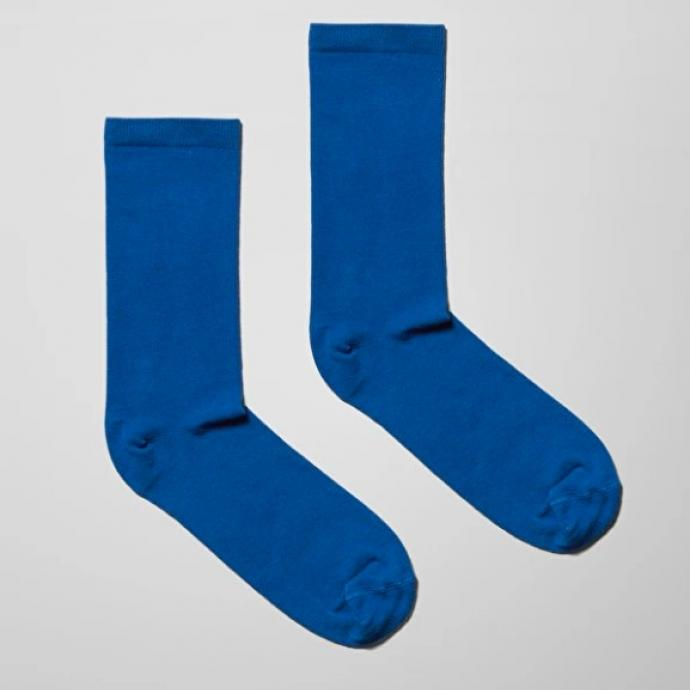"Paire de chaussettes Bob, Weekday, 3 euros. Disponibles juste <a href=""https://www.weekday.com/en_eur/men/socks/product.bob-socks-blue.0752898013.html"" target=""_blank"">ici</a>.&nbsp;"
