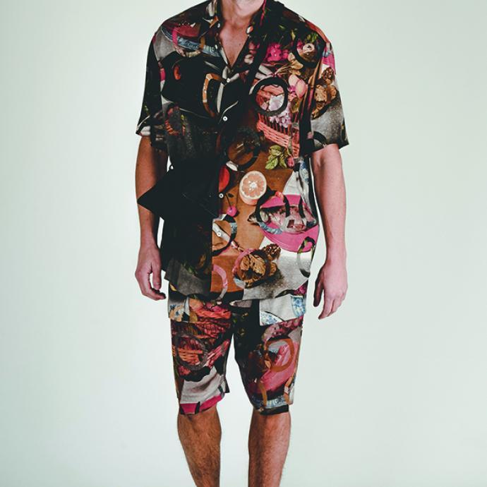 <strong>Osez l&rsquo;imprim&eacute; qui fait voyager</strong>Chemise et bermuda &agrave; imprim&eacute;s, Vivienne Westwood via Zalando, 389,95&euro; et et 419,99&euro;.<br />Sac Louis Vuitton, 2200&euro;.