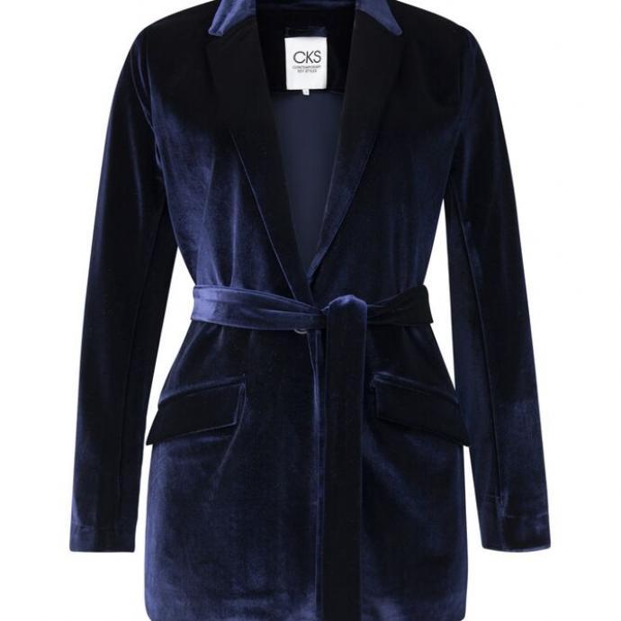 "Blazer bleu nuit, CKS , 119,99 &euro;, <a href=""https://www.cks-fashion.com/fr-be/femmes/the-rainbow-collection/blazer-long-jaguar-bleu-fonce-4041812.html?dwvar_4041812_Colour=NIGHT%20BLUE"" target=""_blank"">&agrave; shopper ici.</a>&nbsp;"