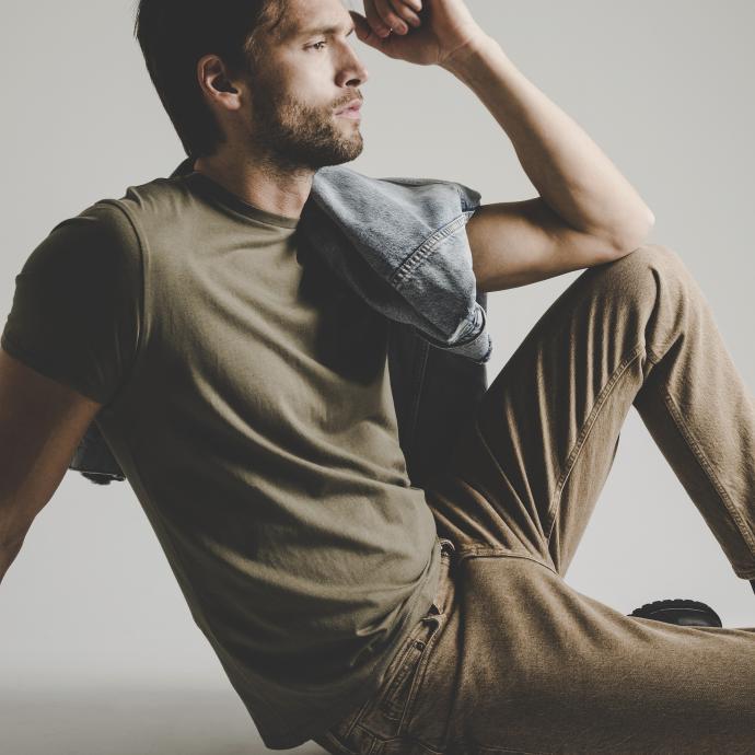 <strong>Le jean se porte &agrave; toutes les sauces</strong><br />Veste en denim d&eacute;lav&eacute;, Levi&#39;s, 179,95&euro;.<br />Jean beige, Samsoe Samsoe, 139&euro;.<br />T-shirt kaki &agrave; col rond, Wrangler, 24,95&euro;.<br />Boots lac&eacute;es en cuir noir, Versace Jeans Couture via Zalando, 349,95&euro;.