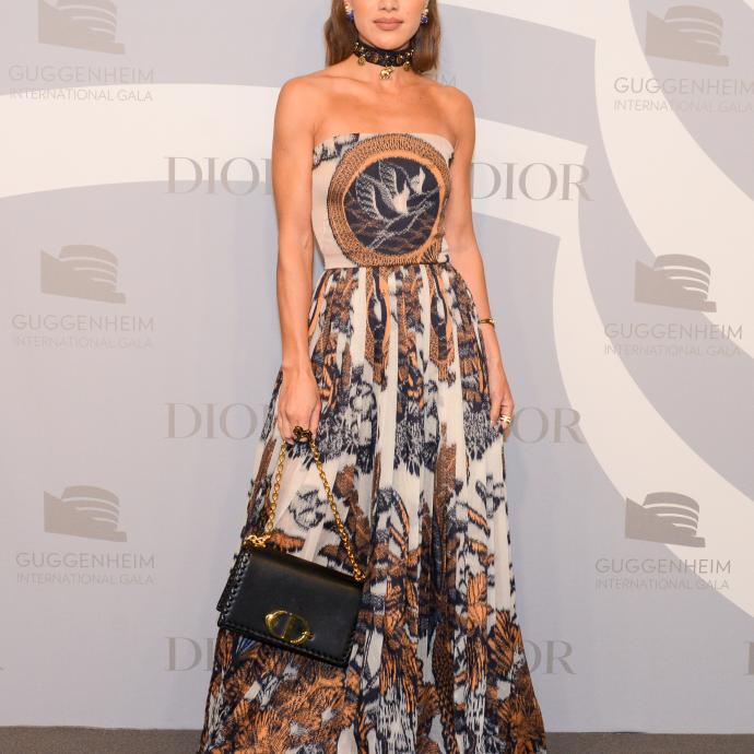 Camila Coehlo, la star du digitale qui cumule les millions d'abonnés, portait une robe bustier en toile de Jouy, ainsi qu'un sac en cuir noir et des bijoux de la maison.