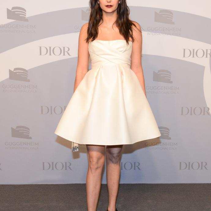 Nina Dobrev, qui s'est fait connaître grâce à la série Vampire Diaries, portait une robe bustier ivoire en laine et en soie, ainsi qu'une pochette beige Dior et des escarpins noirs J'adior.