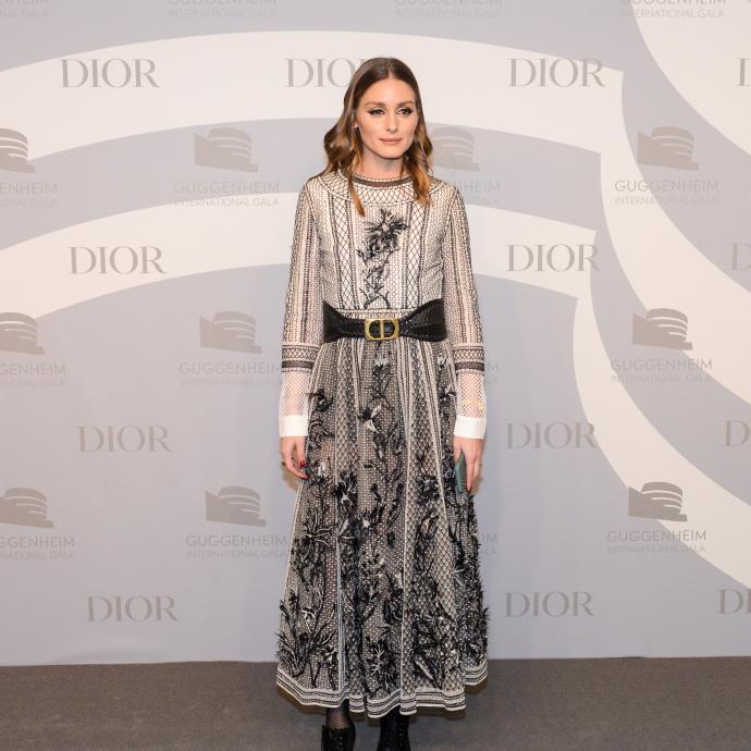 Olivia Palermo, ancienne égérie des marques Mango, Mont Blanc, Piaget ou Tommy Hilfiger, portait une robe brodée de la collection Printemps-Été 2020 et une ceinture noire Dior.