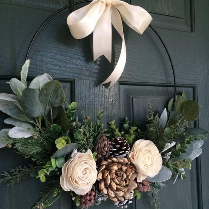 Pour accueillir vos invités comme il se doit, la porteelle aussi peut être décorée! Une couronnefaite d'un cerclage en fer (ou à l'aided'un vieux cintre en fer souple), quelques feuillages et fleurs et de décorations hivernales, fera vite sensation.