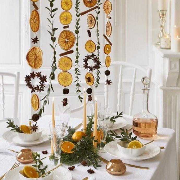 Un peu plus d'originalité ici, mais avec des fruits qui rappellent l'hiver! Les guirlandes d'agrumes séchés sont une alternative colorée à cellesde lumière. Un peu de ficelle, quelques rondelles d'oranges sèches et un peu de verdure, votre table sera ensoleillée en plus de sentir bon!