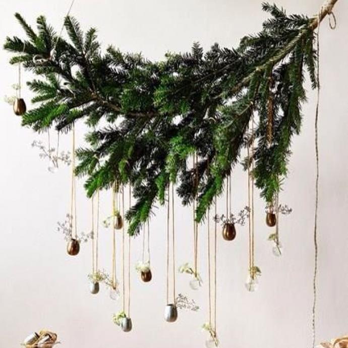 A accrocher au plafond par exemple, cette jolie suspension réalisée à partir de branches de sapinest du plus bel effet! Décorez-la avec quelques boules de Noël et quelques lumières, pour un élément gracieux dans l'esprit des fêtes!