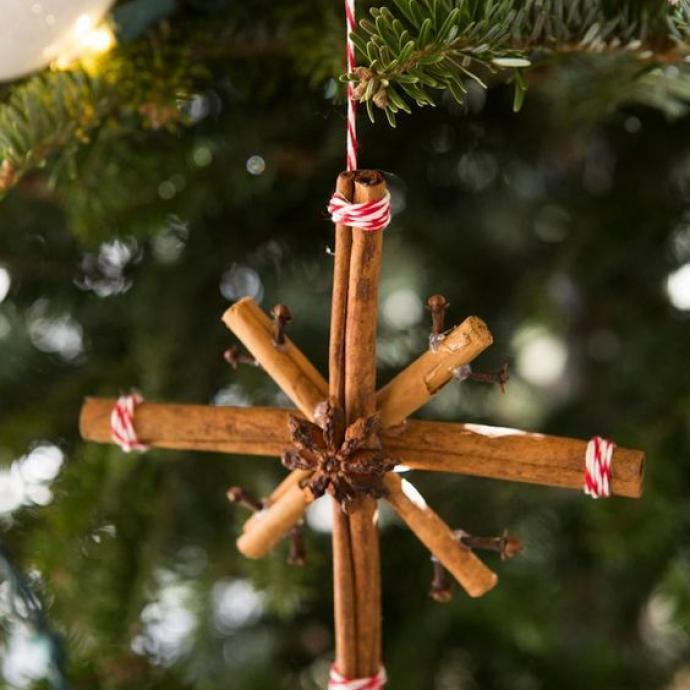 En plus de parfumer votre intérieur avec une délicate odeur de cannelle, typique des fêtes, cette petite étoile, très facile à réaliser, ajoutera une touche originale à votre sapin de Noël! Et décorée d'une étoile de badiane au centre, c'est d'autant plus mignon.