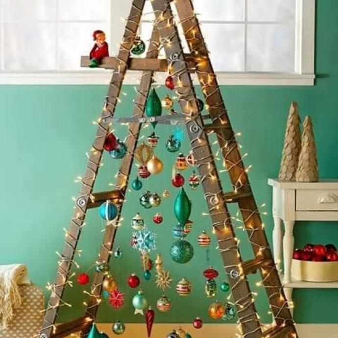 Plutôt que d'aller chercher votresapin en pleine forêt, utilisez votre échelle! Décorée de guirlandes et de boules de Noël, vous aurez unrésultat alternatif, écolo et original. On vous conseille quand même l'échelle en bois car celle de chantier sera sûrement un peu moins charmante... Toutefois, c'est chacun ses goûts!