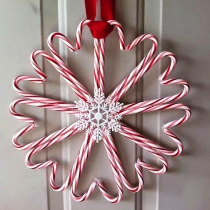 Les sucres d'orge sont décidément une bonne idée pour votre déco de fêtes. En les collant simplement les uns les autres, vous obtenez une jolie couronne sucrée et romantique, pile dans l'ambiance de Noël!
