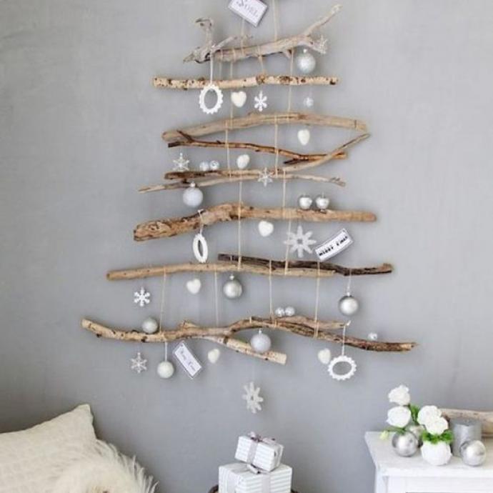 Si vous trouvez qu'un sapin classique est trop encombrant, pourquoi ne pas opter pour un sapin fait de branches d'arbres et décoré de quelques petites étoiles et boules de Noël? Une alternative originale et déco!