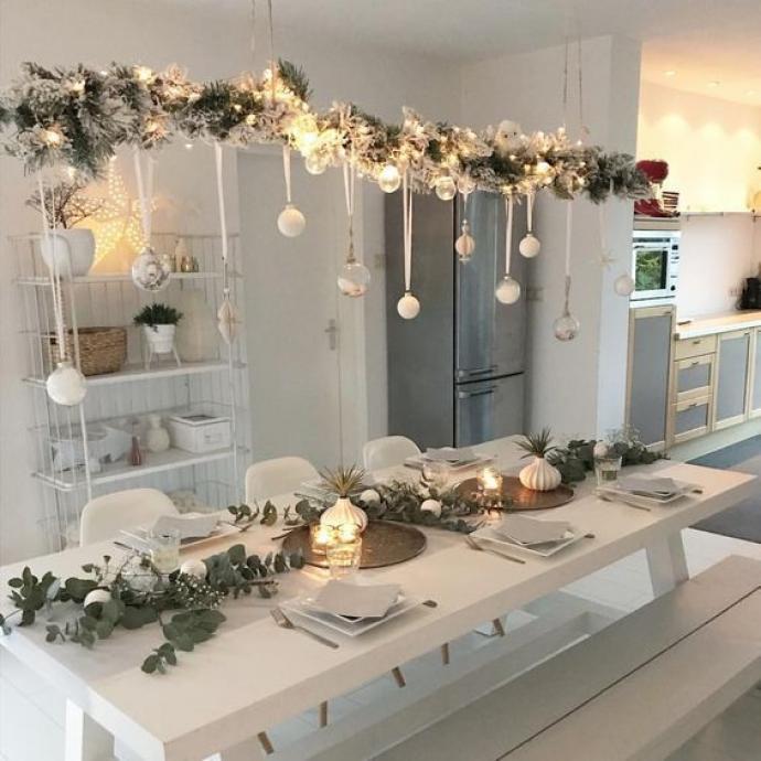 La déco d'une table ne se trouve pas que sur la table justement! La preuve en est avec cette jolie suspension faite de branches de sapins, de boules de Noël et de pommes de pin. C'est un peu de travail on vous l'accorde, mais l'effet est garanti!