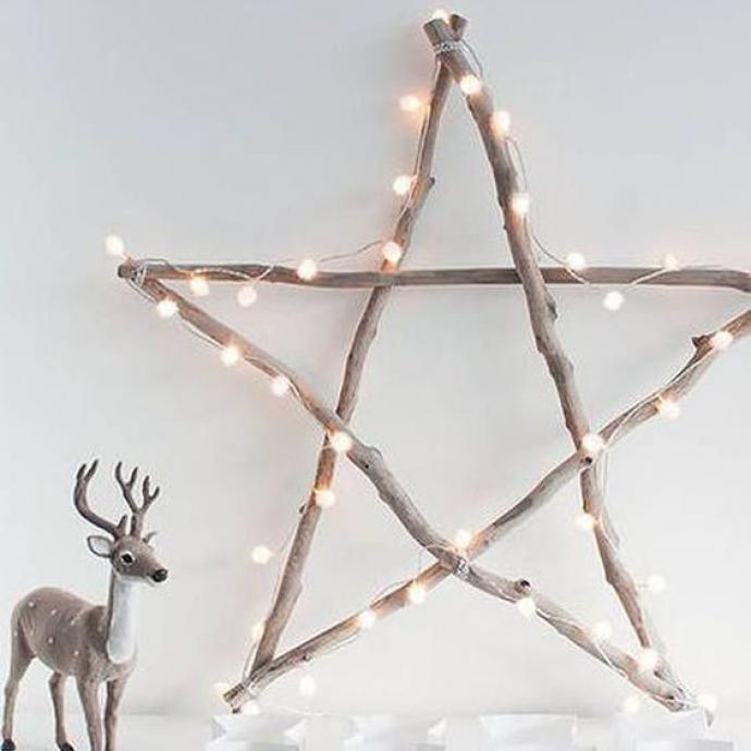 On reste dans le naturel avec cette jolie étoile toute simple mais très élégante. Quelques branches, une guirlande discrète et le tour est joué, pour une déco minimaliste qui fera sans aucun doute l'affaire!