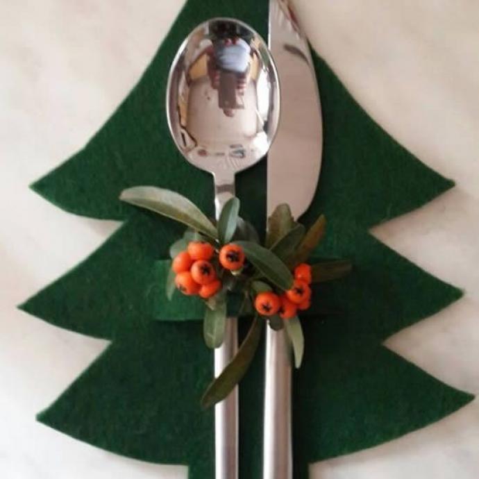 Pour vous assurer d'une mise en place de votre table au poil, voilà une idée déco pratique! Un peu de feutrine, quelques feuillages et le tour est joué! Vos couverts sont bien à leur place, décorés pour Noël.