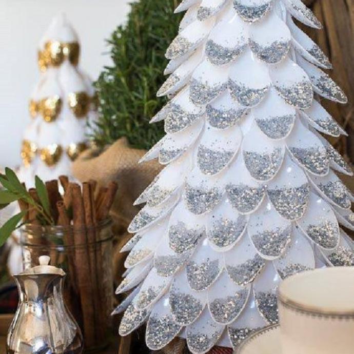 Les paillettes sont un incontournable de nos décos de fêtes. Ici, réalisez un joli sapin à base de cuillères en platique, à coller sur uncône pour en faire un joli sapin, avant de le décorer de paillettes.A décliner pourquoi pas avec des copeaux de bois!