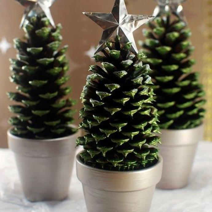 Quelques pommes de pin bombées en vert sapin, des petits pots et une étoile, rien de plus pour une déco toute simple, parfaite sur votre table de fêtes!