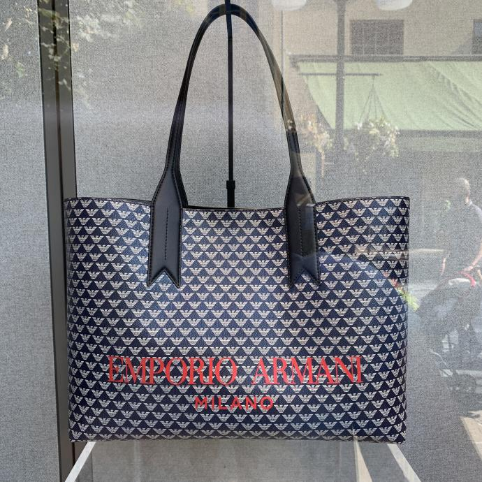 Le shopping bag de luxe, chez <strong>Emporio Armani</strong>, <em>136.95&euro;</em>