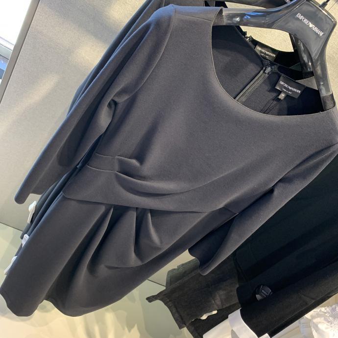 La petite robe noire drap&eacute;e, flatteuse et intemporelle, chez <strong>Emporio Armani</strong>, <em>305.95&euro;</em>
