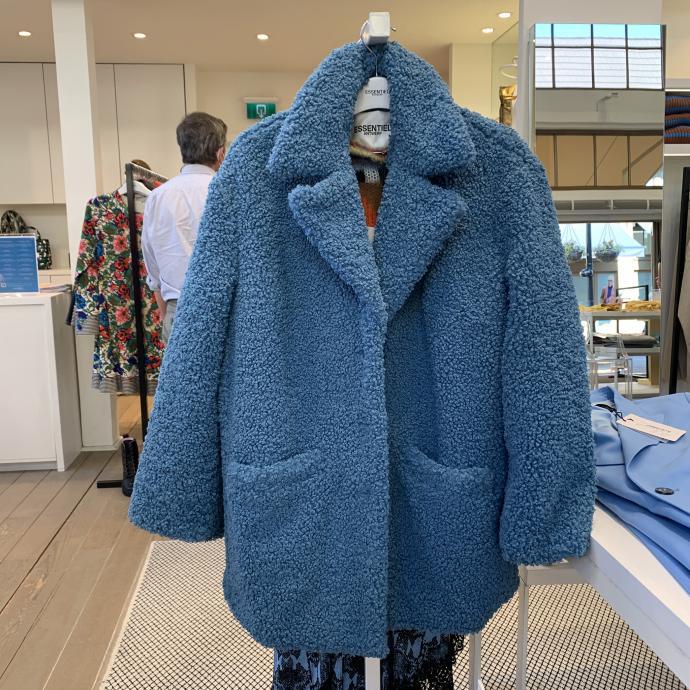 Le manteau bleu canard en fausse fourrure, chez <strong>Essentiel</strong>, <em>159&euro;</em>