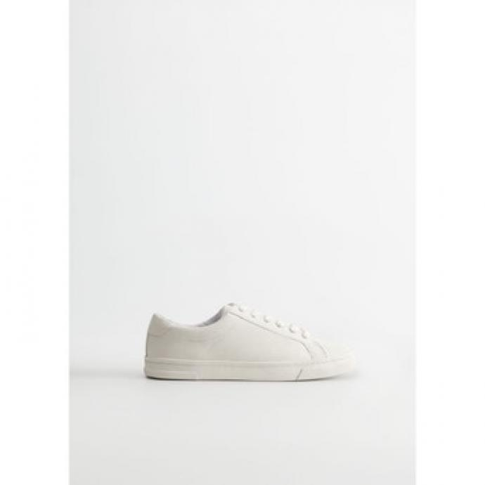 "Disponible <a href=""https://shop.mango.com/be/femme/chaussure-sneakers/baskets-basiques-lacets_67070573.html?c=01&amp;n=1&amp;s=search"" target=""_blank"">ici</a>"