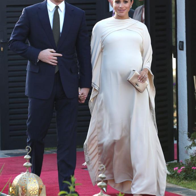 La robe Dior avec sa pochette assortie est la quatrième tenue de maternité ayant conquis le public. Avec 287 likes, la duchesse est apparue telle une princesse lors d'un dîner d'État au Maroc le 24 février dernier.