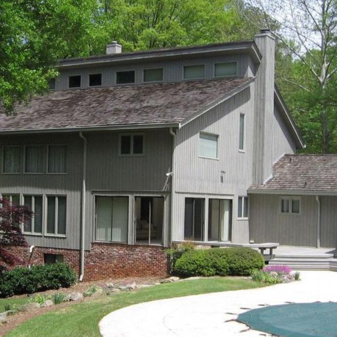 C'est là qu'a été tournée la disparition de Barbara dans la saison 1. La villa qui a servi de décor se trouve à Riverdale. Elle ne peut être visitée. Seul son jardin a été utilisé pour le tournage.