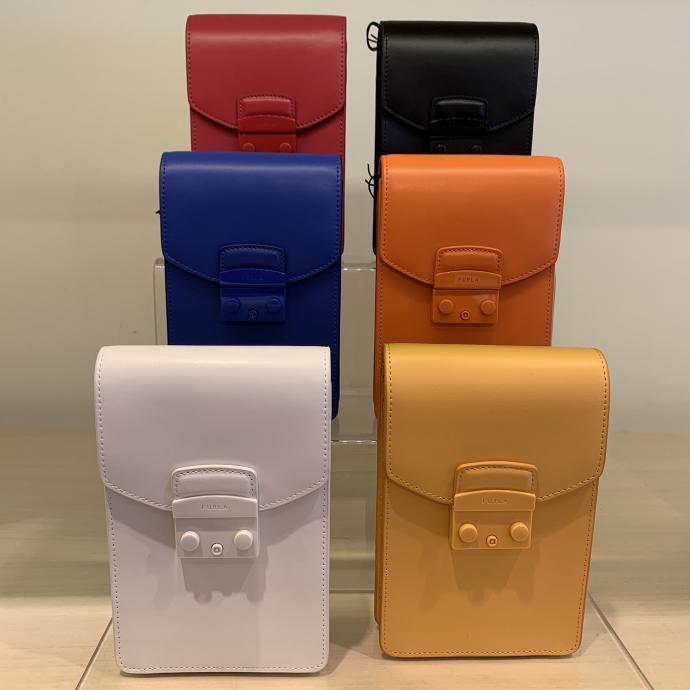 Les pochettes en cuir, mod&egrave;le mixte de toutes les couleurs, chez <strong>Furla</strong>, <em>185&euro;</em>