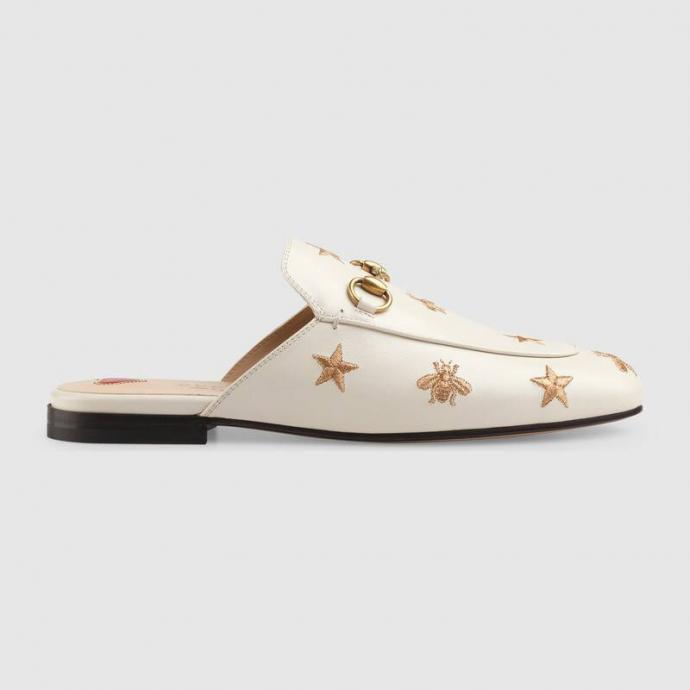 "Disponible <a href=""https://www.gucci.com/be/fr/pr/women/shoes-for-women/slippers-and-mules-for-women/princetown-embroidered-leather-slipper-p-505268D3V009022?position=16&amp;listName=ProductGrid&amp;categoryPath=Women/Shoes-for-Women/Slippers-and-Mules-for-Women"" target=""_blank"">ici</a>"