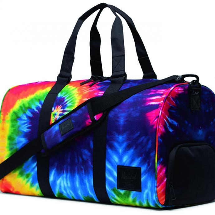 <strong>Un sac de sport qui claque</strong> : Sac de sport tie &amp; dye, Herschel, 59&euro;