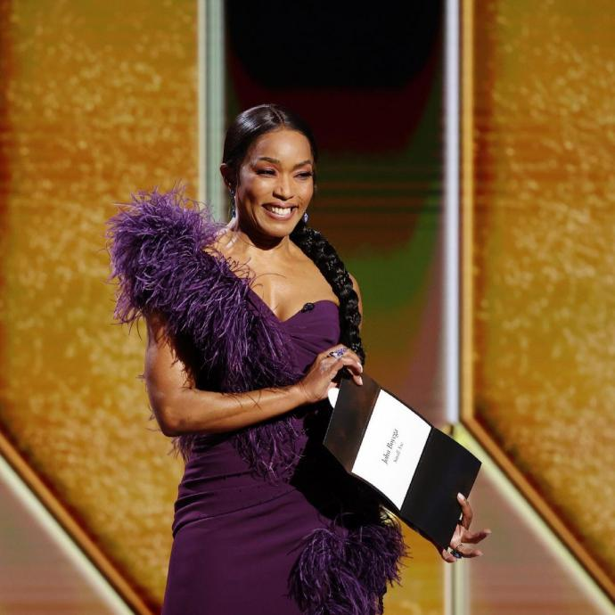 Angela Bassett portait une robe asym&eacute;trique Dolce et Gabbana.&nbsp;<em>@Credit photo : @im.angelabassett on Instagram.</em><br />&nbsp;