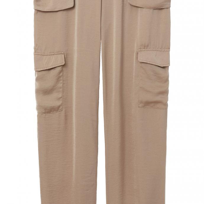 Un ensemble faussement négligé : Pantalon fluide, Etam, 89€.