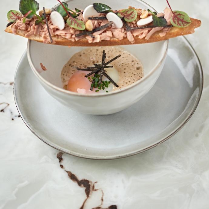 L'œuf et sa crémeuse de cèpes, râpé de truffes et son pain toasté au foie gras.
