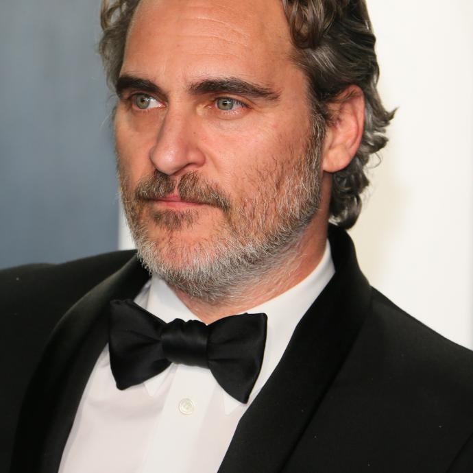 Joaquin Phoenix, élu meilleur acteur 2020, portait un smoking noir classique signé Stella McCartney.