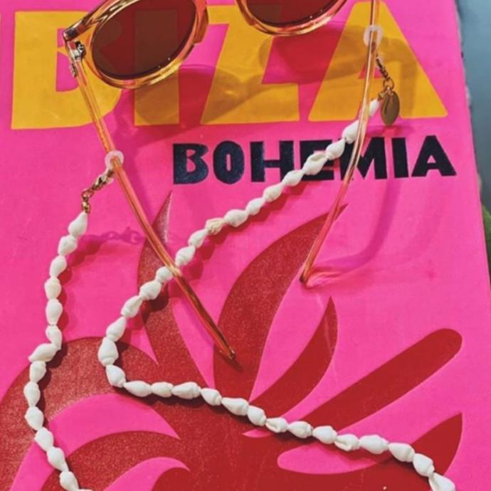"""chaine de lunettes en coquillages,<em> <a href=""""http://www.lesjumelles.be"""">www.lesjumelles.be</a></em>"""