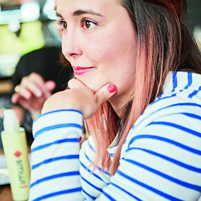 Franciska écrit sur la beauté depuis plus de huit ans, elle se maquille comme une pro et peut se permettre le cheveu ombré rose ou l'eyeliner turquoise: tout lui va, car elle sait comment le porter.