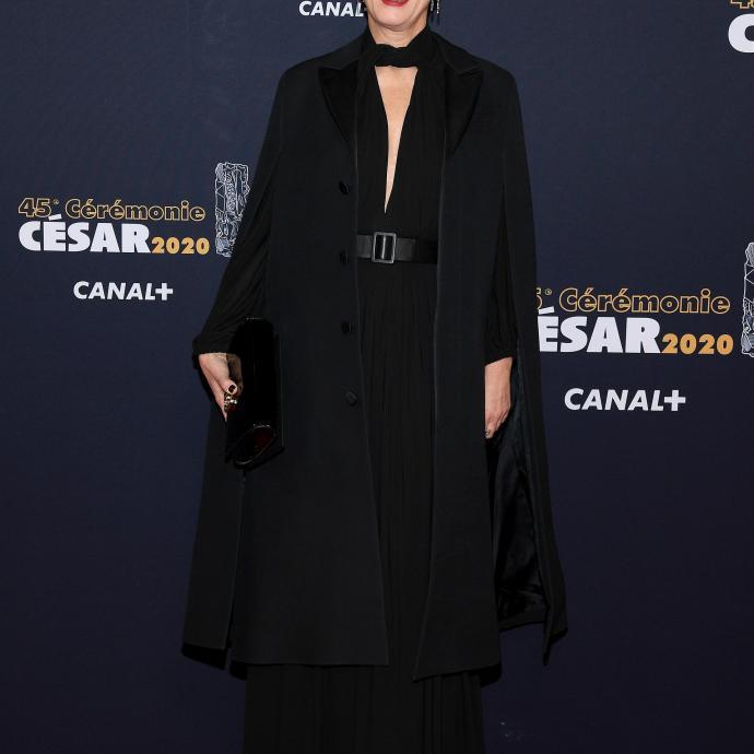 """Karin Viard était nommée dans la catégorie """"meilleure actrice"""" et portait une robe en jersey noir Dior Cruise 2020."""