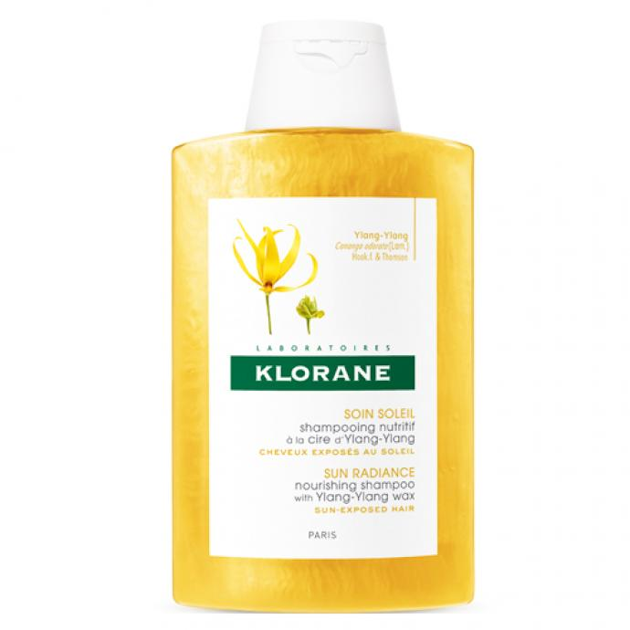 "<em>Klorane Soin Soleil Shampooing Nutritif &agrave; la Cire d&#39;Ylang-Ylang 200 ml, 9,90&euro;,&nbsp;disponible <a href=""https://www.farmaline.be/pharmacie/commander/klorane-soin-soleil-shampooing-nutritif-a-la-cire-dylang-ylang/?expa=gs&amp;ev_chn=shop&amp;gclid=CjwKCAjw2a32BRBXEiwAUcugiPdRo_wmjzs-ngeHFbUoBJDULQP_yQDVCNVC0Epo3W3uGlU_2sXErxoCl7kQAvD_BwE"" target=""_blank"">ici</a>.</em>"