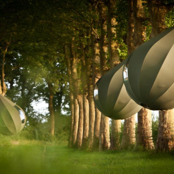 """Le long de la dr&egrave;ve menant au ch&acirc;teau de Hex, quatre tentes arboricoles en forme de larme peuvent accueillir chacune deux adultes (et max deux jeunes enfants). <a href=""""http://borgloon.be/boomtenten"""" target=""""_blank"""">Infos aupr&egrave;s de l&rsquo;office de tourisme de Borgloon </a>"""