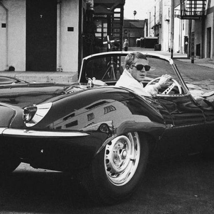 L'acteur de Bullit avec sa Jaguar favorite dans leSan Francisco des années 60.Photo : John Dominis//Time Life Pictures/Getty Images