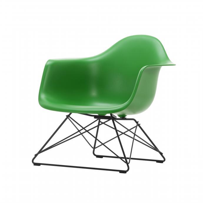 Chaise en résine Eames LAR outdoor, Vitra, 450€ chez Dominique Rigo.