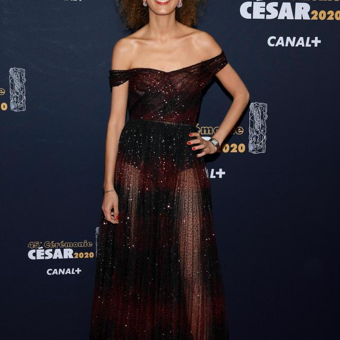 LeïlaSliman, comme l'actrice Adèle Haenel,a décidé de quitter la salle quand elle a vu que le cinéaste Roman Polanski se voyait attribuer le prix du meilleur réalisateur. Elle était vetue d'une robe noire en tulle brodée Dior etdes chaussures Dior. Elle portait également des boucles d'oreilles Milieu du Siècle en or rose, diamants, rubis et saphirs roses de Dior Joaillerie.