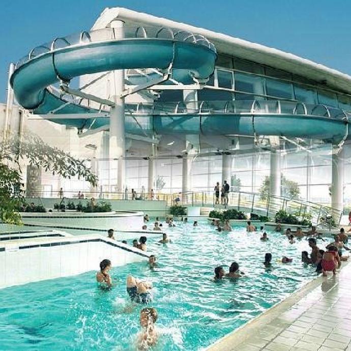 """Un vaste parc aquatique de 7500 m2 avec piscines intérieures et extérieures, rivières, toboggans… au cœur du domaine des lacs de l'Eau d'heure.  Ouvert tous les jours de 10 h 30 à 19 h 30. Infos: <a href=""""http://www.parcaquacentre.be"""">www.parcaquacentre.be</a>"""