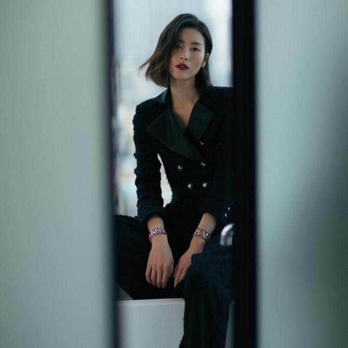 Mannequin chinoise, actuellement egerie d'Estee Lauder, H&M et Gap. Premiere mannequin asiatique a defiler pour Victoria Secret, elle est aussi la premiere asiatique citee dans le classement du magazine Forbes des personnalites les mieux remunerees en 2014.