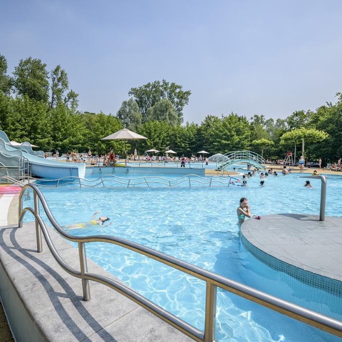 """Un vaste domaine provincial de 50 hectares qui propose de nombreuses activités : pédalo, mini-godlf, mur d'escalade, promenades, tennis, pêche... Et une grande piscine extérieure, ouverte jusqu'au 15 septembre, de 9 h  à 20 h. Infos: <a href=""""http://www.vlaamsbrabant.be"""">www.vlaamsbrabant.be</a>"""